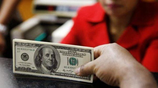 El dólar cae 13 centavos