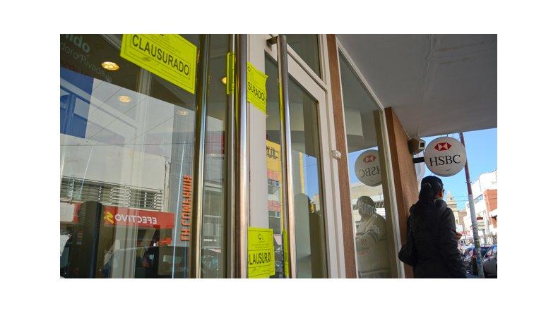 El municipio clausur tres sucursales bancarias por for Oficinas bancarias abiertas por la tarde