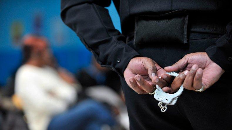 Intentó venderle un chaleco antibalas a un policía y terminó detenido