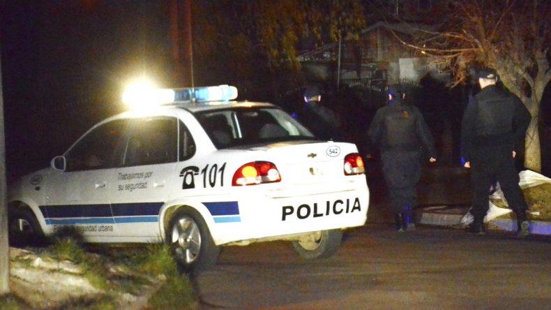 Efectivos de la Seccional Cuarta de Policía trabajaron en el lugar del hecho.