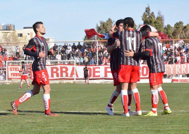 Diego Galván festeja con sus compañeros el quinto gol de Huracán