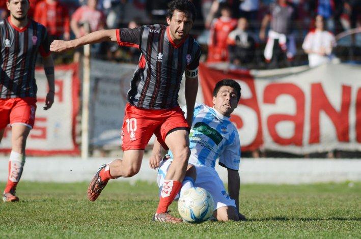 Gabriel Bustos intenta un avance ayer en Viedma.