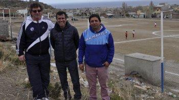 Los dirigentes Roberto Oscar -izq- y Gabriel Stubbe -der- junto a Ricardo Fueyo, titular de Chubut Deportes.