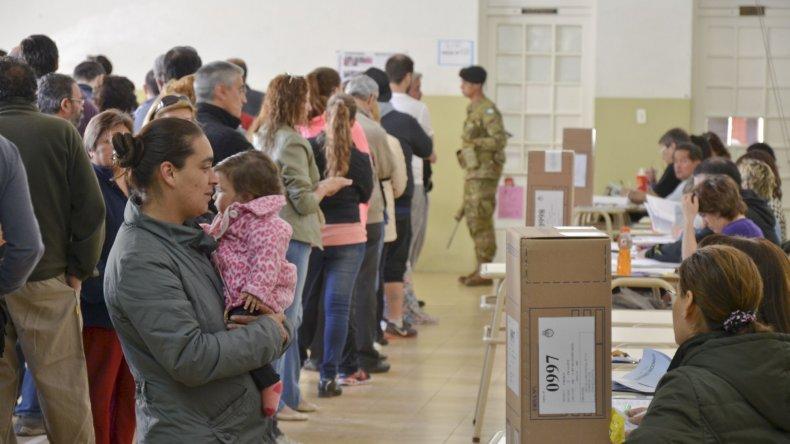 Votación en Comodoro Rivadavia. Foto: Martín Pérez / El Patagónico.