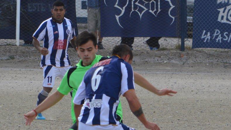 El defensor Mauro López y el volante Lucas Mandagarán traban en la mitad de la cancha.