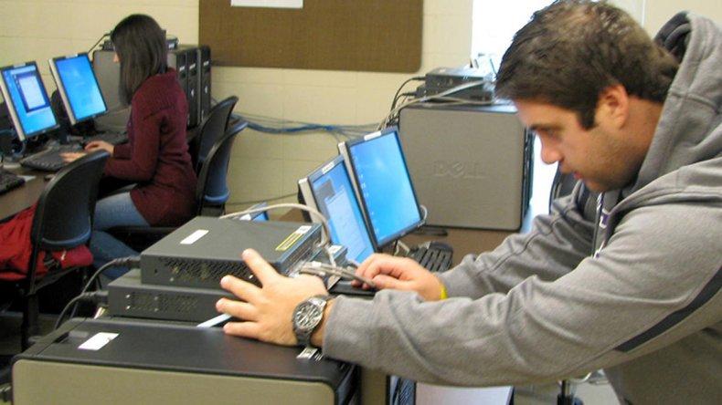 La Licenciatura en Redes y Telecomunicaciones así como la Tecnicatura en Desarrollo de Software son dos de las ofertas académicas.