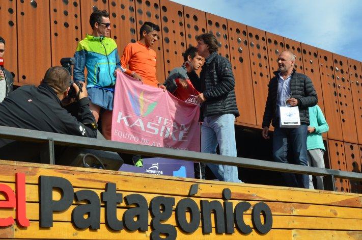 El intendente Luis Juncos y el gobernador Martín Buzzi fueron los encargados de premiar a los ganadores de la prueba principal de 21k.