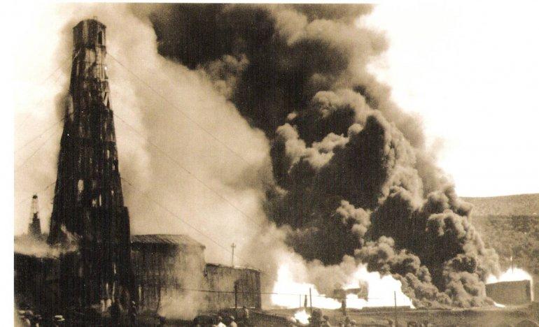 La imagen del pozo en llamas. El incendio pudo ser controlado recién varios meses después.