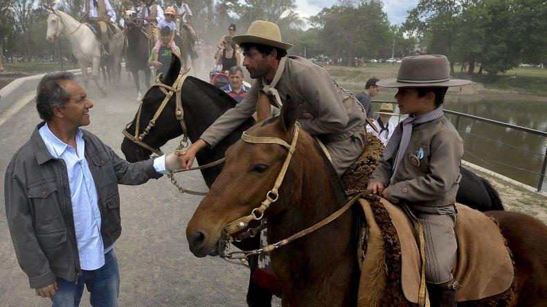 Daniel Scioli al visitar ayer San Antonio de Areco.