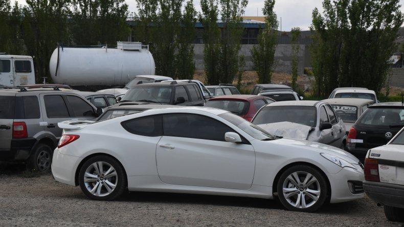 La policía busca indicios en la coupé Hyundai Genesis a la que tomaron casi por asalto los delincuentes que se aprovecharon del bondadoso automovilista.