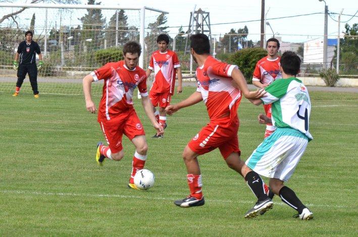 Kevin Blackie abrió la cuenta con un gol de taco. Sarmiento ganó y salió de la zona de descenso directo.