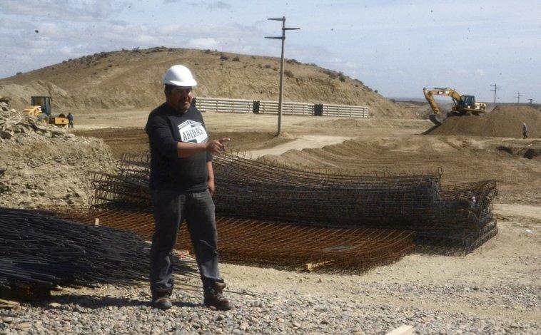 Desde hace tres meses se están desarrollando intensas tareas mediante la utilización de maquinarias para poner en marcha la planta de ósmosis inversa.