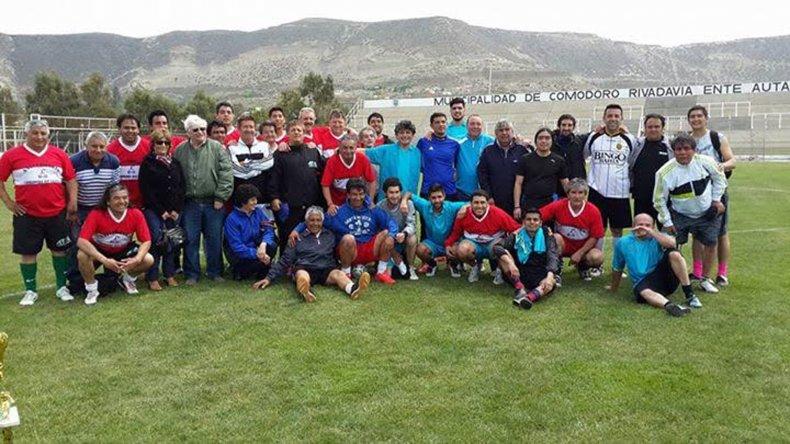 Los dos equipos se reunieron luego para la foto del recuerdo.