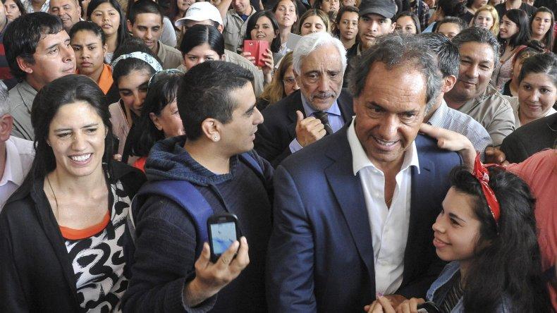 Scioli recorrió Florencio Varela junto a vecinos.