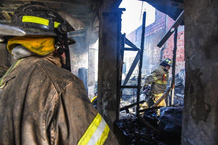 El incendio consumió por completo la casa principal y otras dos piezas lindantes de la familia Vera.