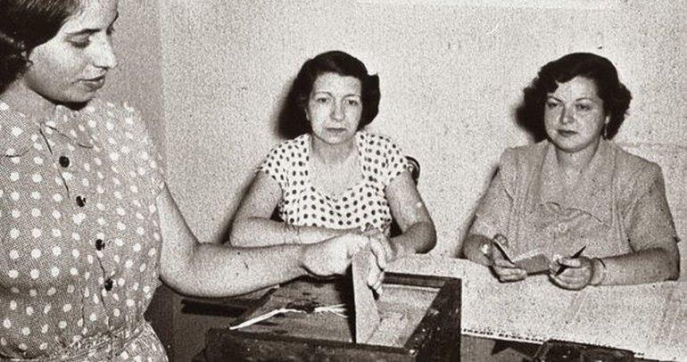 Votan por primera vez las mujeres en Argentina