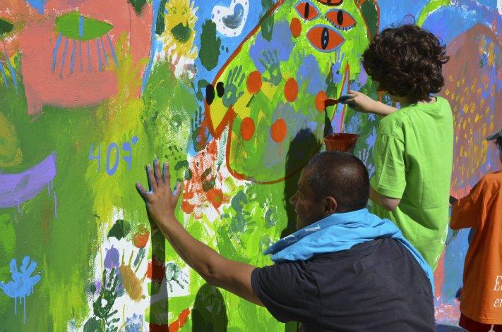 Milo Lockett volvió a pintar con la comunidad, esta vez en Rada Tilly
