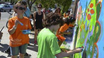 Milo Lockett pintó en Rada Tilly junto a decenas de niños y adultos que se acercaron para compartir esta actividad comunitaria y artística.