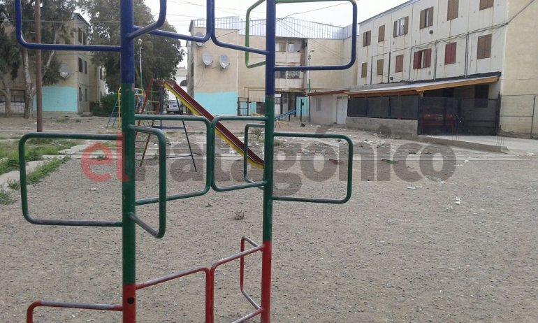 Niños ayudaron a limpiar el parque donde juegan