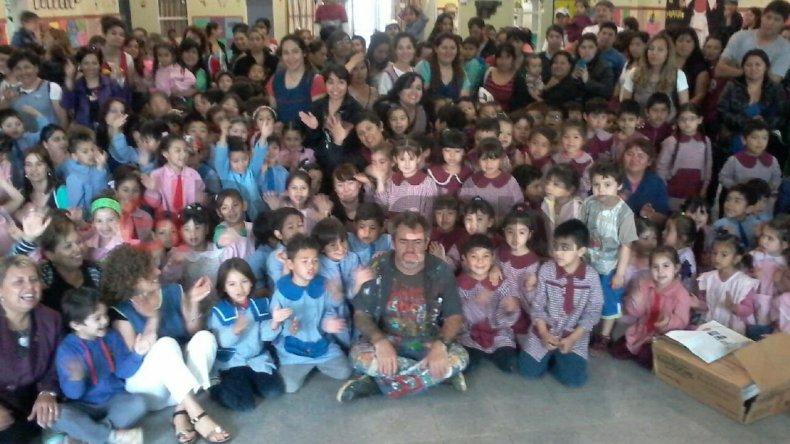Cerca de 400 niños de jardines recibieron a Milo Lockett