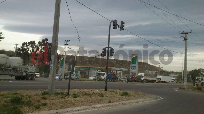 Precaución por semáforo movido por el viento