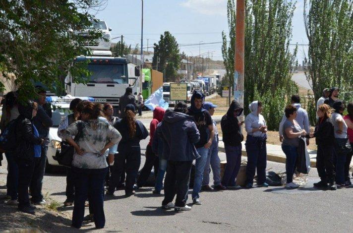Otro grupo de municipales cortó ayer una avenida céntrica
