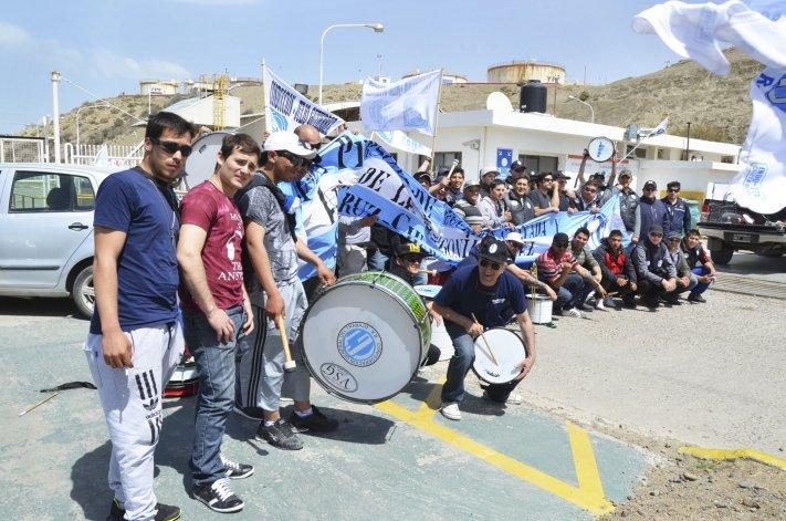 Los trabajadores de seguridad privada decidieron manifestarse frente a la playa de tanques de combustible