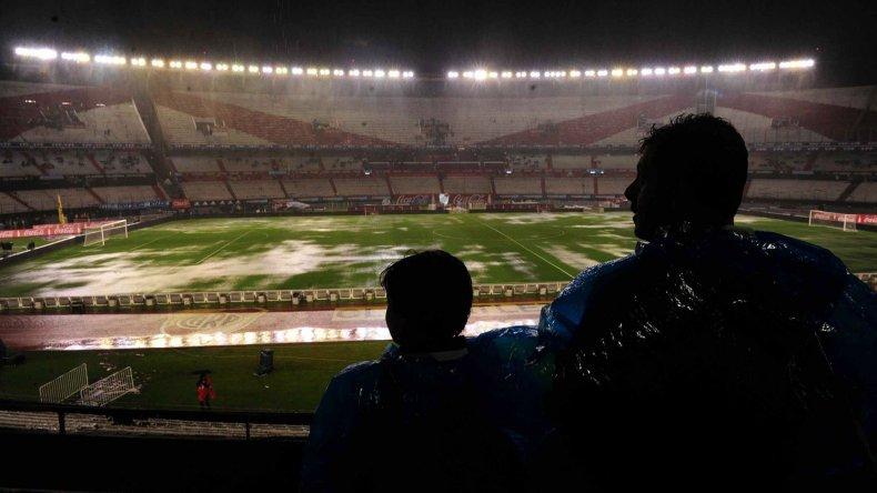 Argentina y Brasil deberán jugar recién hoy ya que ayer se hacía imposible hacerlo a raíz del intenso temporal que se desató en Buenos Aires.