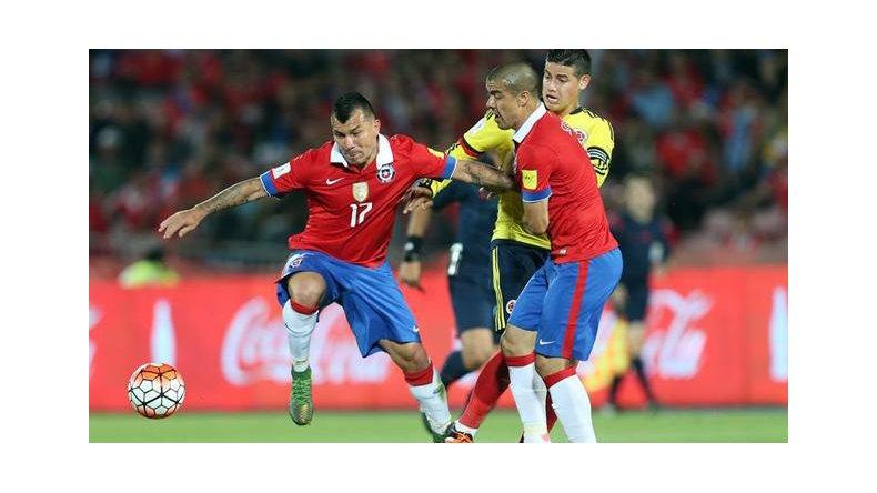 Gary Medel disputa el balón con Francisco Silva y el colombiano James Rodríguez.