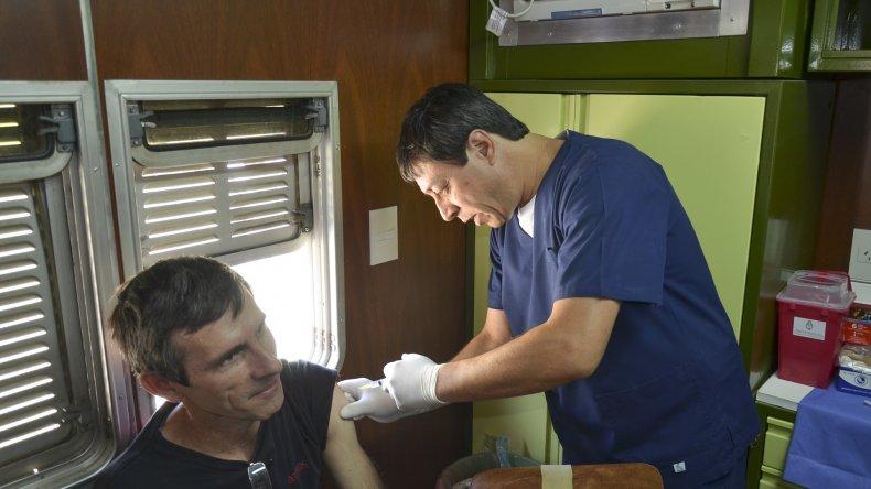 Ayer a la mañana decenas de personas dieron el primer paso en la campaña de vacunación contra la hepatitis y otras enfermedades.
