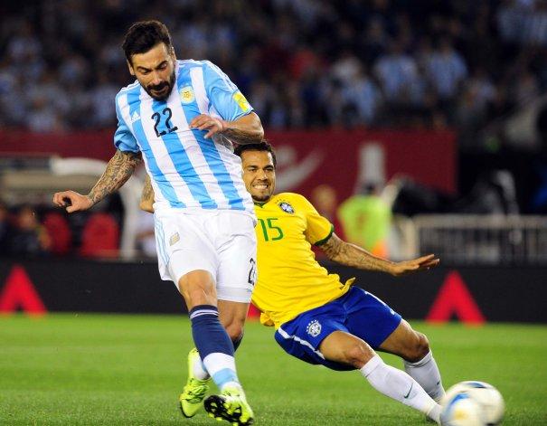 Ezequiel Lavezzi en momentos de marcar el gol argentino cuando se jugaban 33 del primer tiempo.