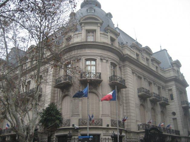 Reforzaron la seguridad en la Embajada de Francia en Buenos Aires y aeropuertos