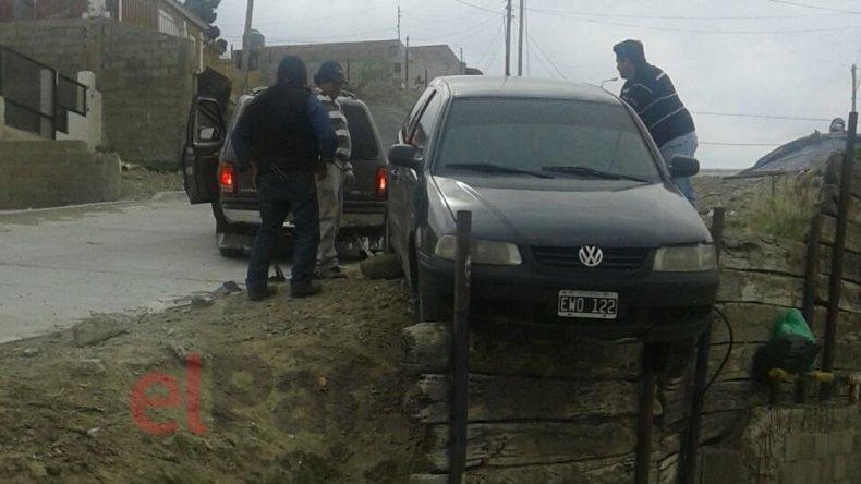 Un auto quedó colgado y los vecinos siguen reclamando un muro de contención