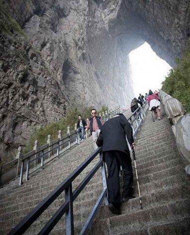 La espectacular montaña posee una extraña forma producto de la erosión. Sobre la misma se construyó la escalinata que conduce a lo que se conoce como las Puertas del Cielo.