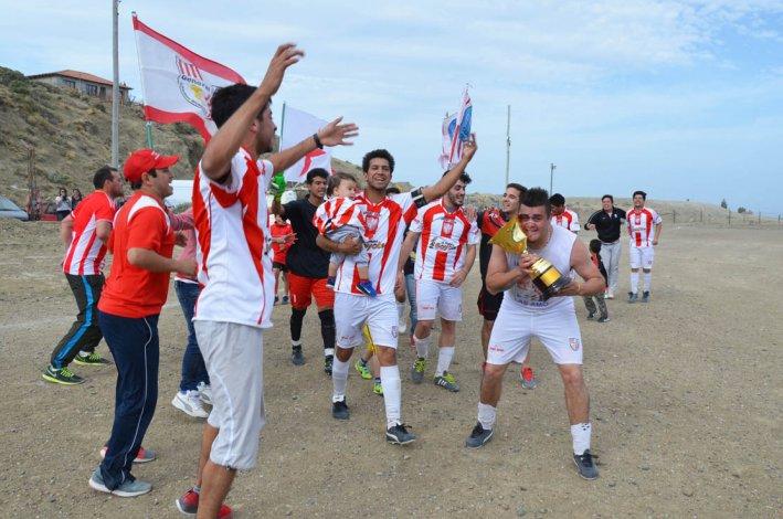 La vuelta olímpica de los campeones se vivió a pleno en cancha de Talleres.