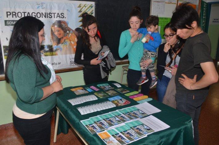 Docentes y promotores de universidades e institutos de nivel terciario distribuyeron folletería sobre ofertas académicas.