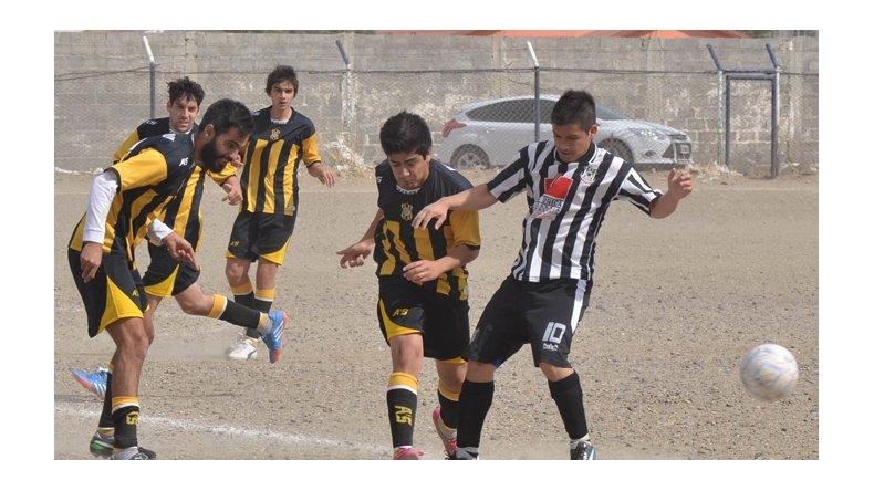 Joel Toro no puede penetrar en el área radatilense en una jornada que se presentó ventosa en Comodoro Rivadavia.