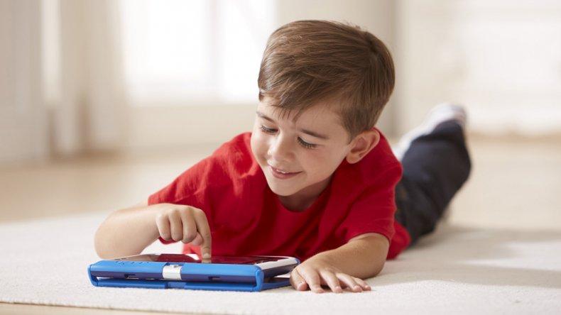 La utilización de dispositivos electrónicos durante la noche suele ser un factor que perturba las horas de sueño.