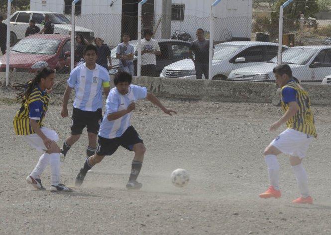 Pablo Rodríguez intenta cerrar la asistencia de Pablo Lavalle hacia Diego Nieva