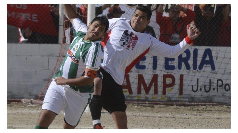 El capitán Gustavo Valeriano gana ante la marca de Sergio Esquivel.