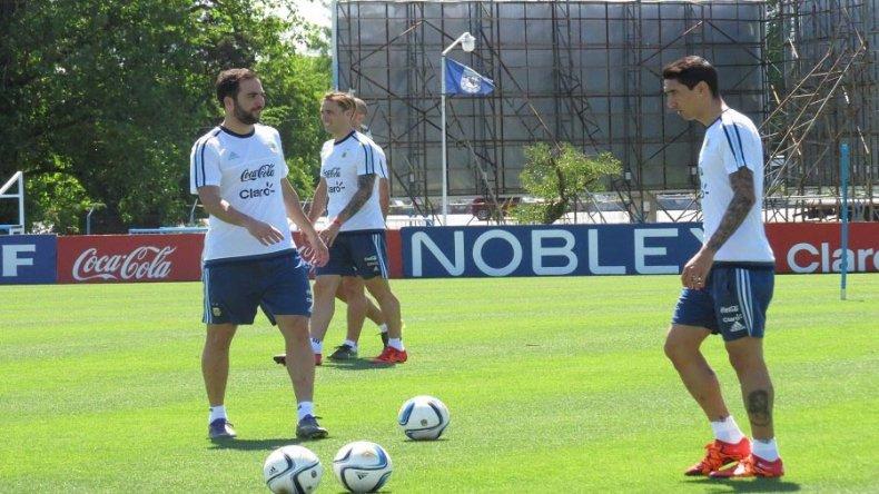 Gonzalo Higuaín y Angel Di María durante el entrenamiento que realizó ayer la selección argentina en el predio que la AFA tiene en Ezeiza.