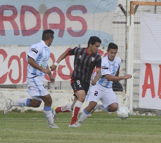 El rosarino Mauro Villegas intenta un avance ante la doble marca de Sol de Mayo ayer en el estadio de Huracán.