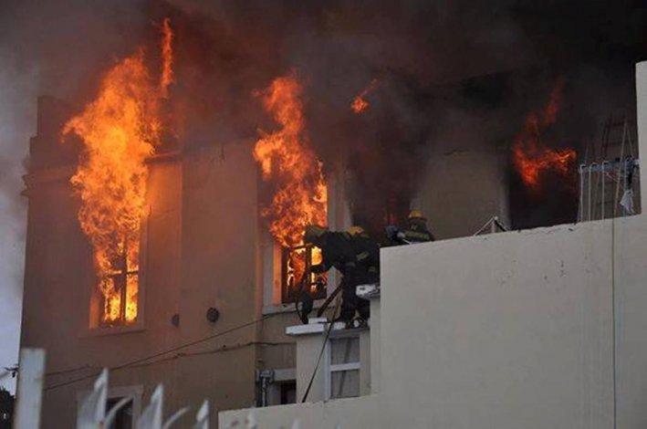 Bomberos trabajaron arduamente para controlar las llamas que consumieron gran parte del edificio de la Cámara Criminal de Río Gallegos.