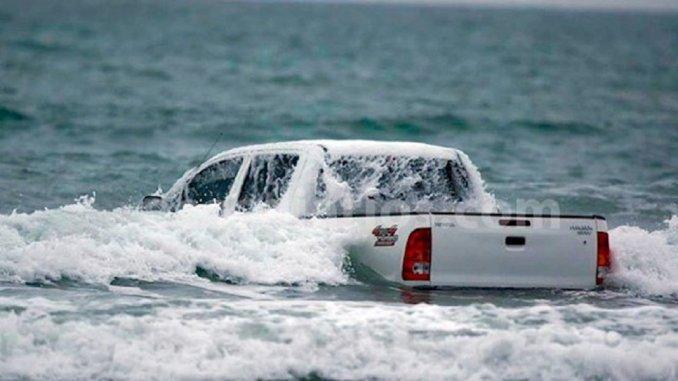 Se metió 200 metros mar adentro... ¡con una 4x4!