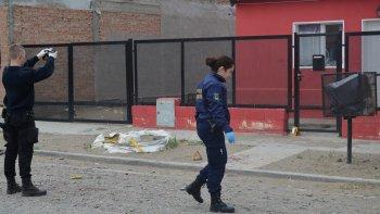 La Policía buscó evidencias en la casa de la víctima, hasta donde llegó sangrando.