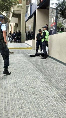 Una policía golpeó a dos  mujeres exaltadas y esposó a un hombre para que no le peguen