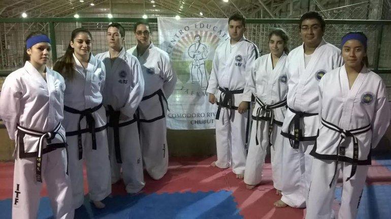 Los nuevos graduados del Centro Educativo de Taekwondo.