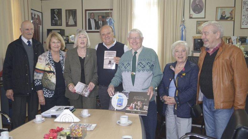 La visita del intendente de Aberteifi junto a representantes de la comunidad galesa.