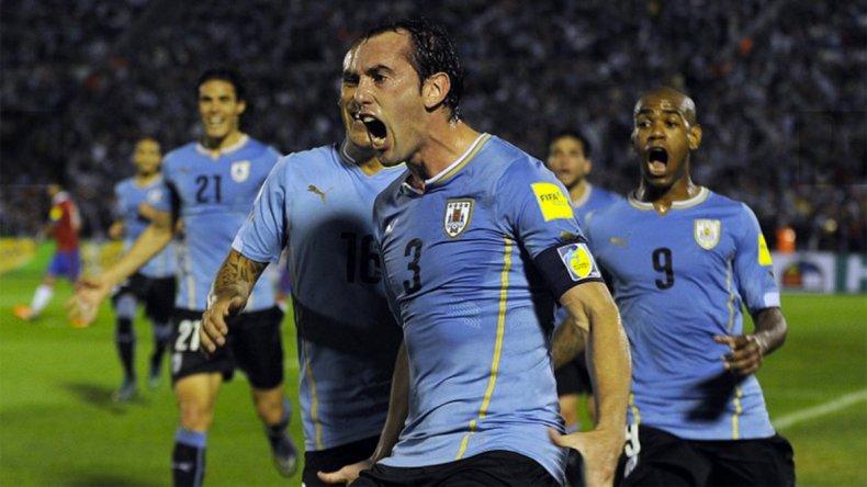 Diego Godín festeja con sus compañeros el primer gol uruguayo.