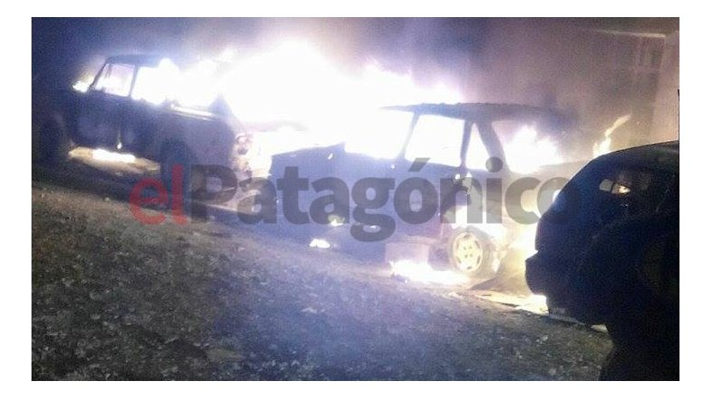 Incendiaron dos vehículos y rompieron vidrios en Palazzo
